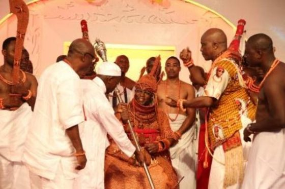 Oba-of-Benin-Gets-Staff-of-Office-560x373